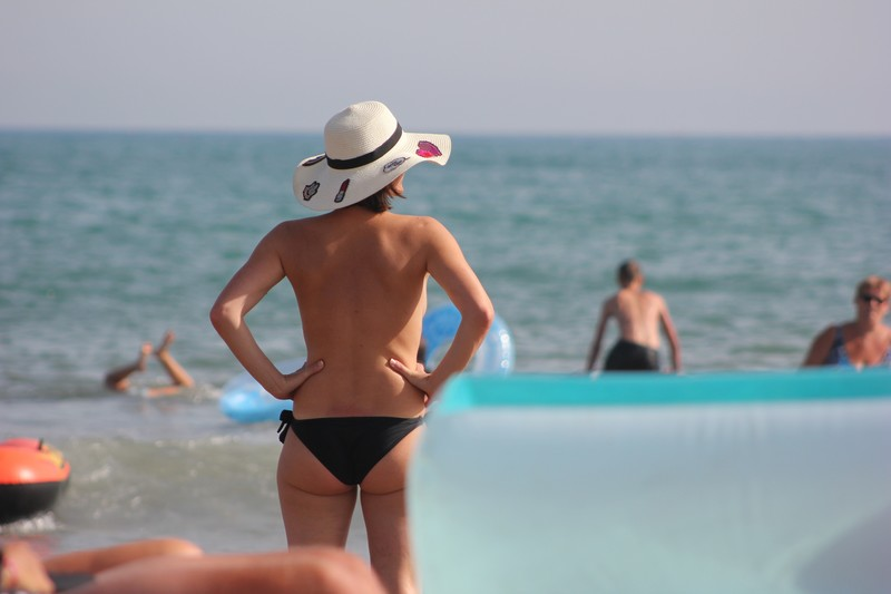topless beach milf in hat & bikini panties