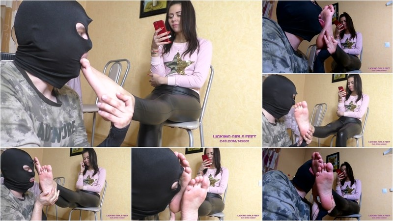 Mia - The Slave In Front Of Her - Foot Worship On The Kitchen - Watch XXX Online [FullHD 1080P]