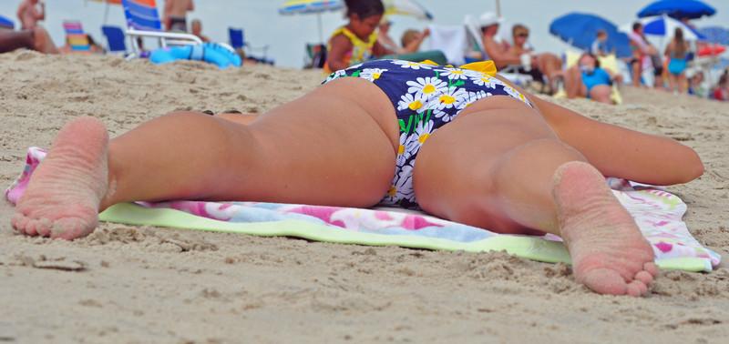 sunbathing lady candid bikini photos
