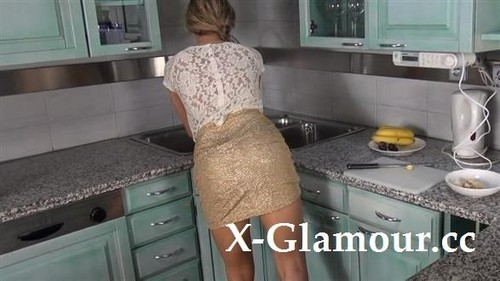 Amateurs - Horny Girl In The Kitchen (SD)