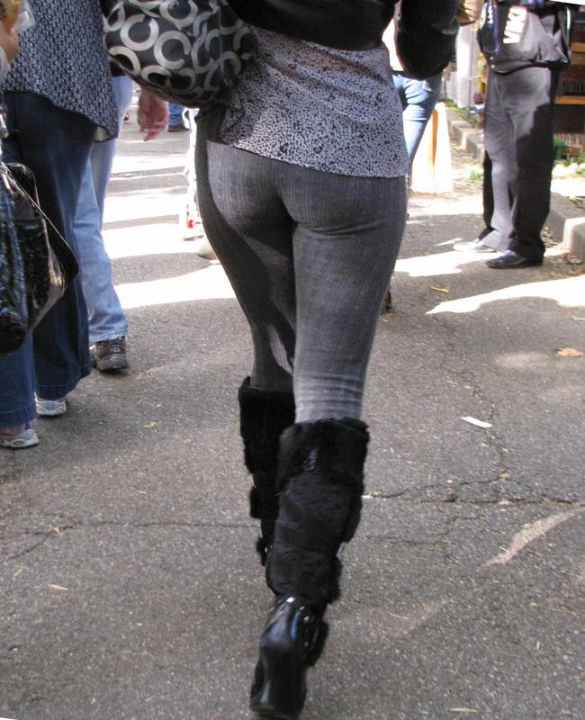 sweet ebony booty in tight leggings