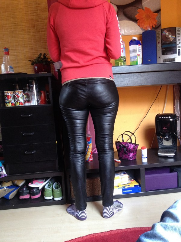 gorgeous milf booty in shiny leather pants