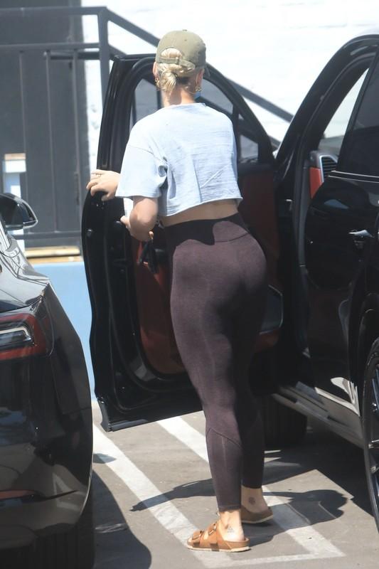 blonde hottie Katy Perry in sexy leggings