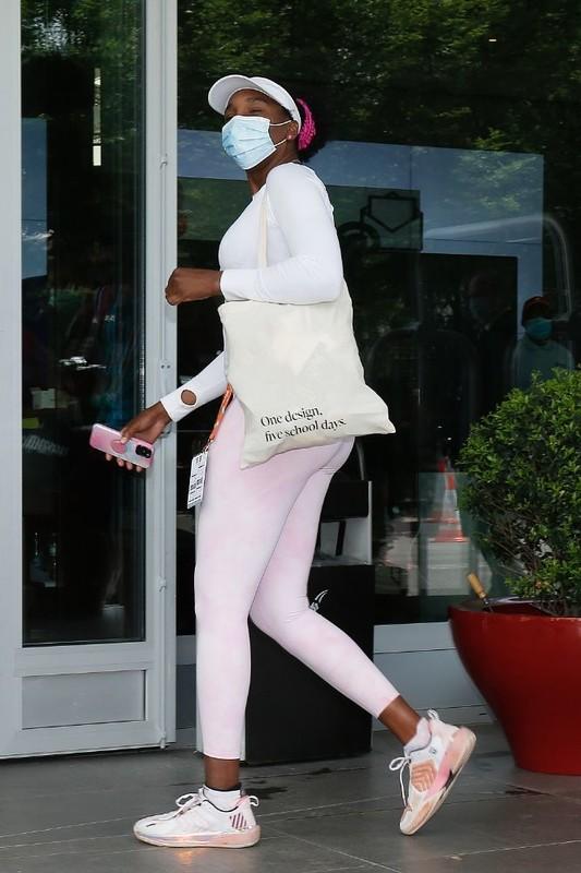 sweet ebony babe Venus Williams in pink leggings