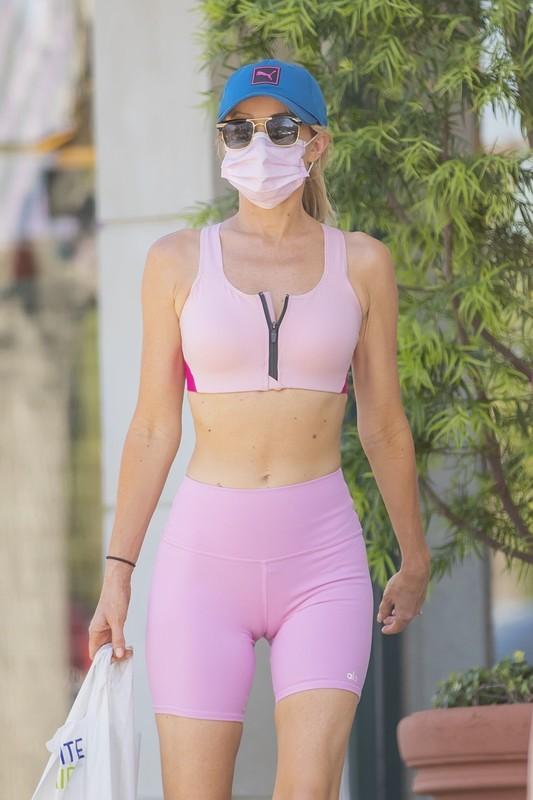 lovely babe Hayley Roberts Hasselhoff in pink yogashorts & gym bra