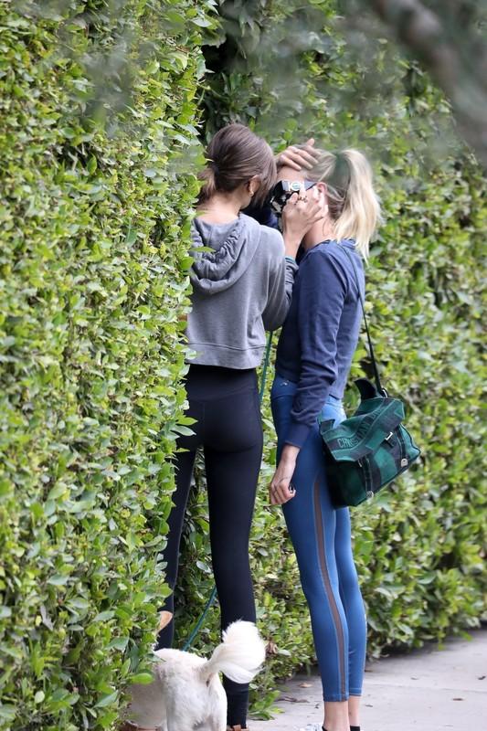 2 hot babes Cara Delevingne & Kaia Gerber in sexy gym leggings