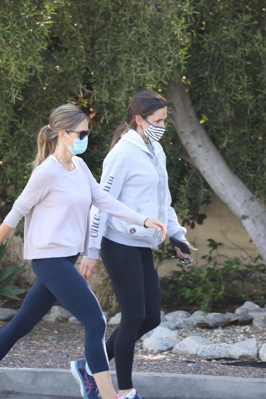 hiker babe Jennifer Garner in black lycra pants
