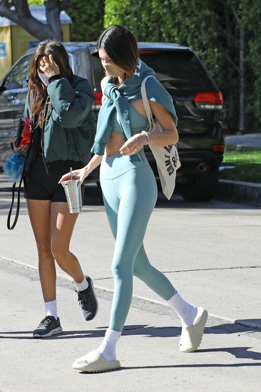 yoga babe Kendall Jenner in sexy green yogapants
