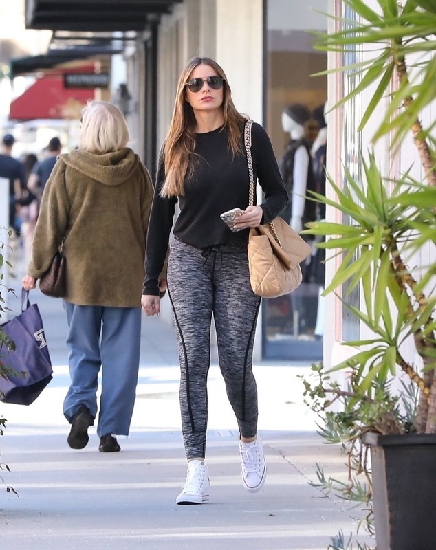 sexy latina hottie Sofia Vergara in grey fitness pants
