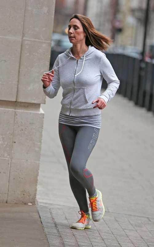 pretty jogger lady Alex Jones in sexy yogapants