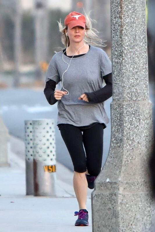 jogger chick Renee Zellweger in black capri leggings