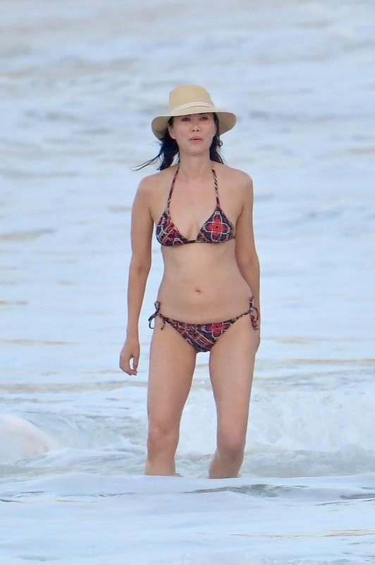 handsome milf Wendi Murdoch in lovely bikini