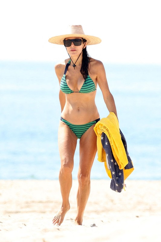 sweet milf Bethenny Frankel in green bikini