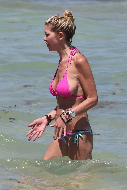 handsome milf Tara Reid in wet bikini