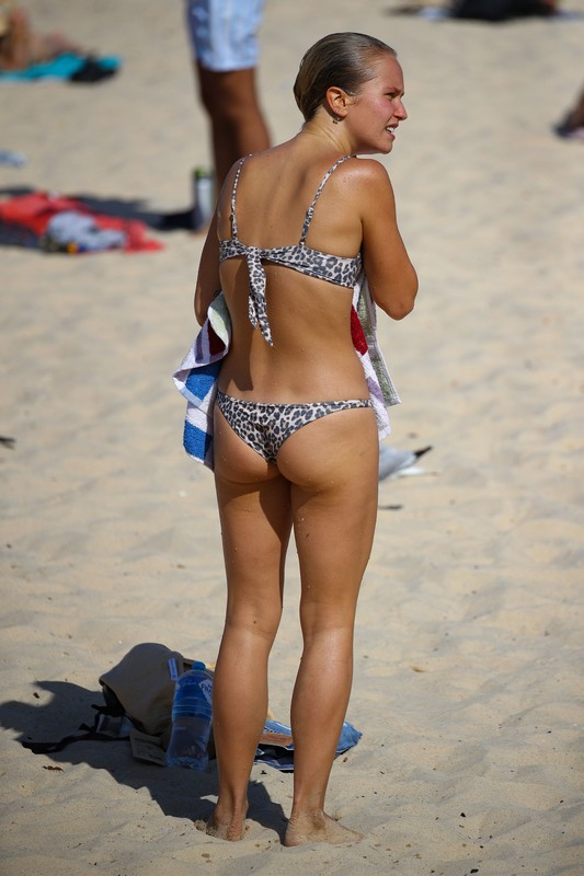 wet cutie Sailor Brinkley in leopard-print bikini