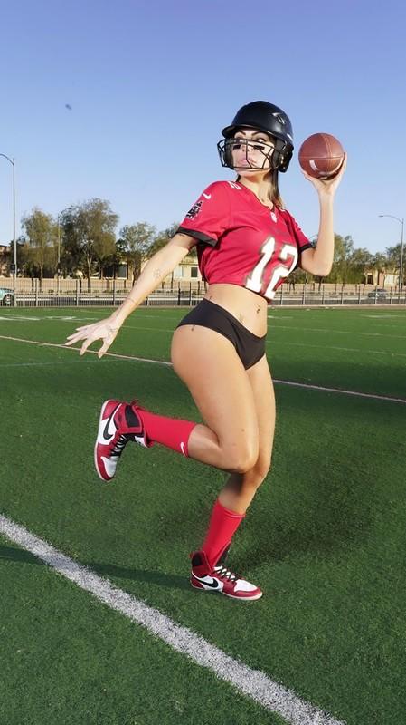 attractive babe Liziane Gutierrez football cosplay pics