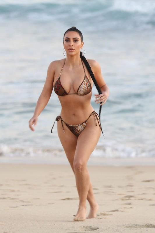 brunette hottie Kim Kardashian in wet bikini