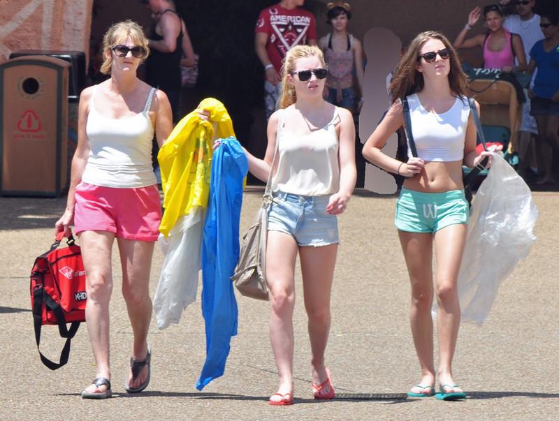 3 hot girls in lovely shorts
